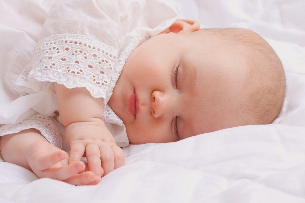 Khi ngủ mà bé hay quay đầu qua bên này bên kia thì khó có khả năng bị bẹp đầu