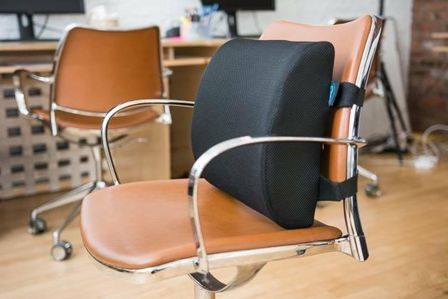 Gối tựa lưng văn phòng là loại gối mềm và nhỏ, được gắn vào ghế làm việc để nâng đỡ cột sống của người ngồi
