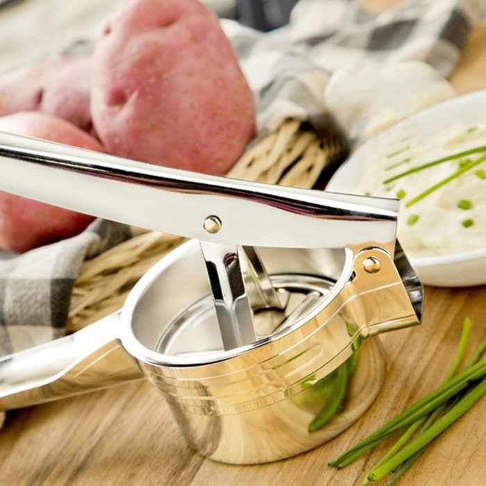 Dụng cụ ép khoai tây được làm từ chất liệu inox, đạt tiêu chuẩn vệ sinh an toàn vì không gây ảnh hưởng đến chất lượng thực phẩm