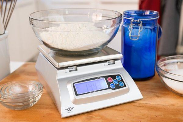 Dùng cân tiểu ly để làm bánh
