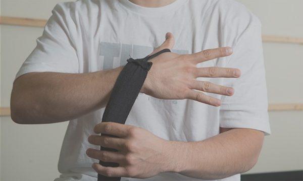 Bước 1: Móc băng tay vào ngón tay cái và quấn vào sau tay