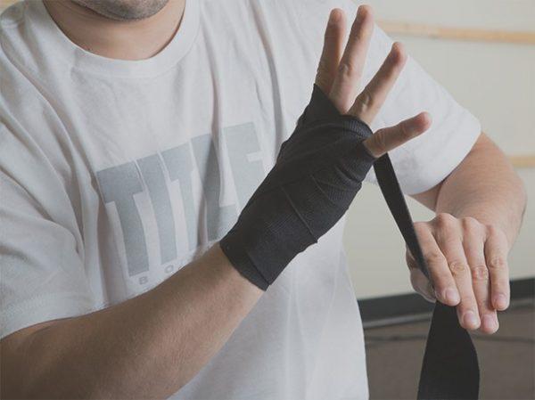 Bước 4: Quấn băng đa hình chữ X xuyên qua 3 kẽ ngón tay