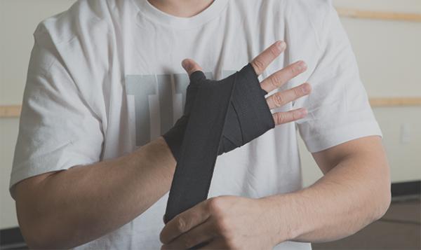 Bước 7: Quấn quanh các khớp tay 3 lần