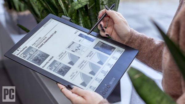 Ưu điểm của màn hình lớn được thể hiện rất rõ qua việc đọc những file PDF
