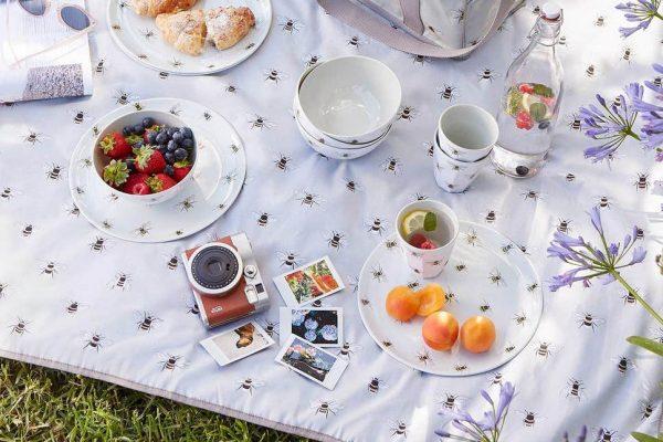 Thảm picnic, hay thảm du lịch là một chiếc thảm đa chức năng có kích thước lớn, có thể sử dụng để lót ngồi hoặc che mưa nắng