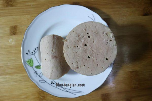 Sau khi chả lụa chín thì có thể để nguội rồi bày ra đĩa ăn