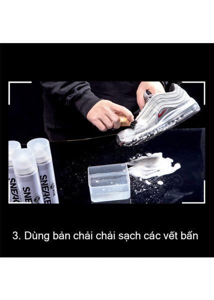 Dùng bàn chải chải sạch các vết bẩn